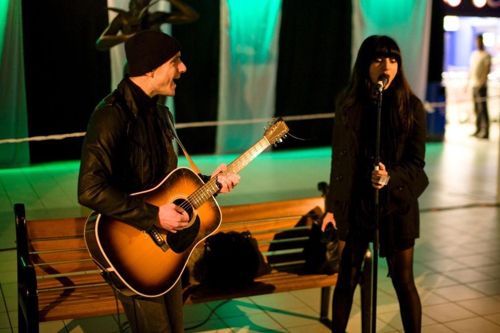 """Samsaya sang sin siste hit """"The good with the bad"""" på Veitvet senter under åpningen av kulturuka."""