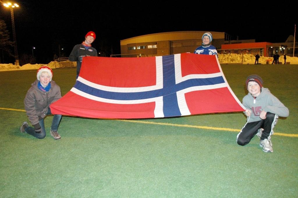 Til Danmark-kampen så skal spillerne holde flagget riktig vei. Øyvind Johnsen (b.v), Simen Kjerstad, Erik Norheim og Markus Wethal er klar for oppgaven.