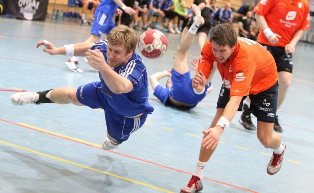 Espen Granli (venstre) og Oppsal ga alt i matchen mot Erik Rafoss og Viking.