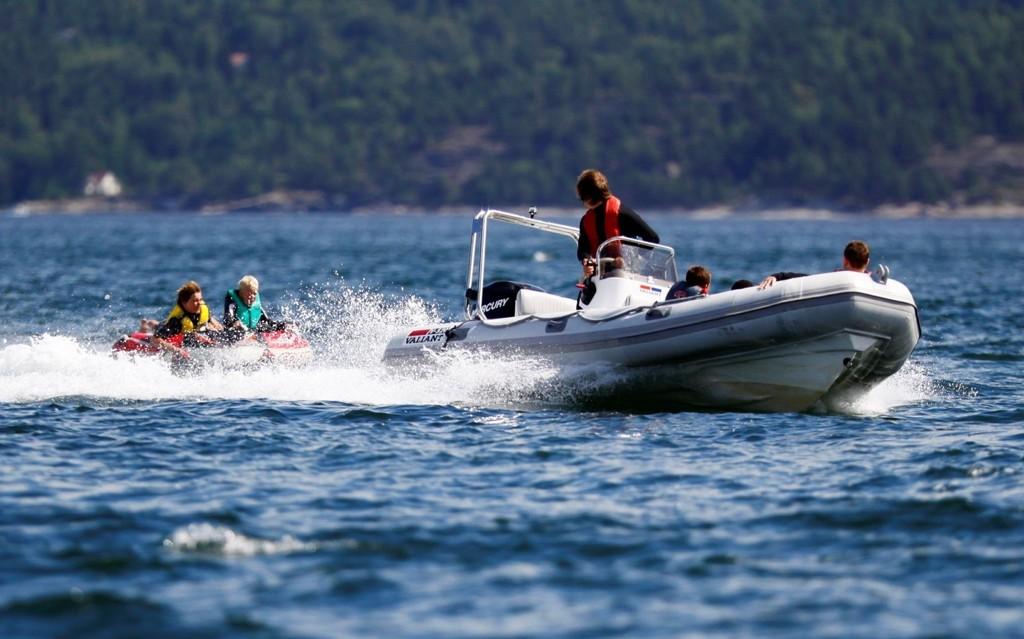 VANNSPORT: Tilbring sommerferien i Oslofjorden med blant annet wakeboarding, vannski, seiling og vindsurfing. FOTO: Promo