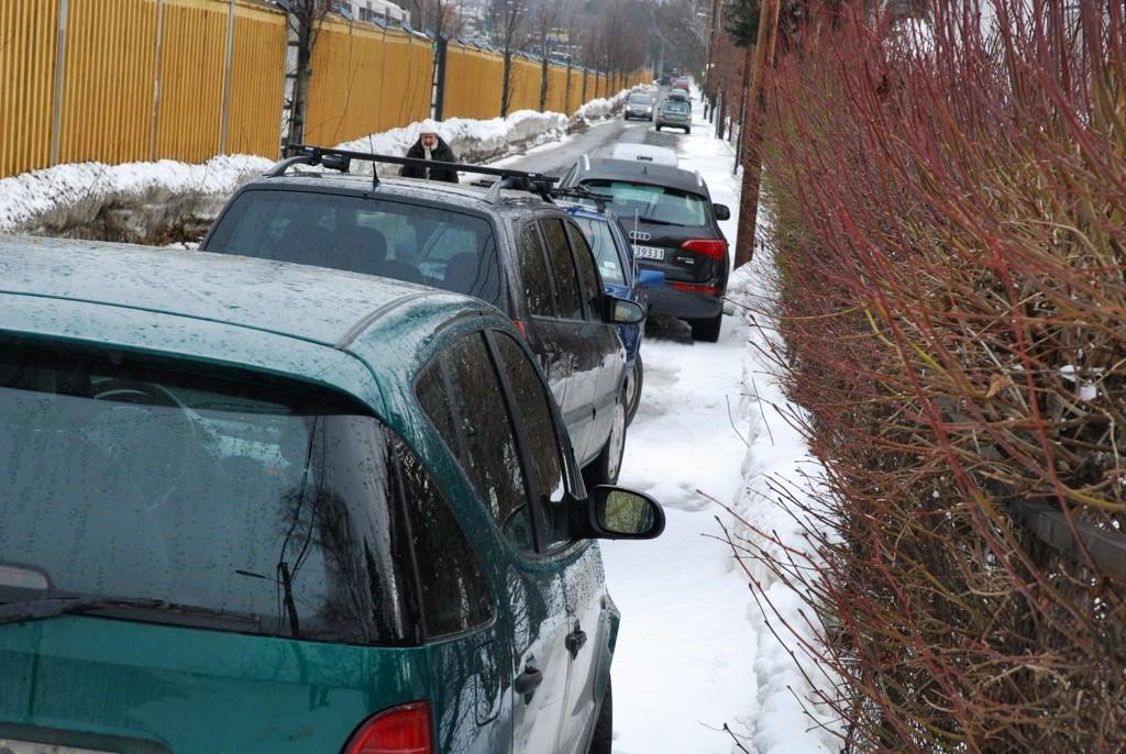 Et vanlig syn i denne delen av Sørkedalsveien, hvor bilene sperrer fortauet for fotgjengere.