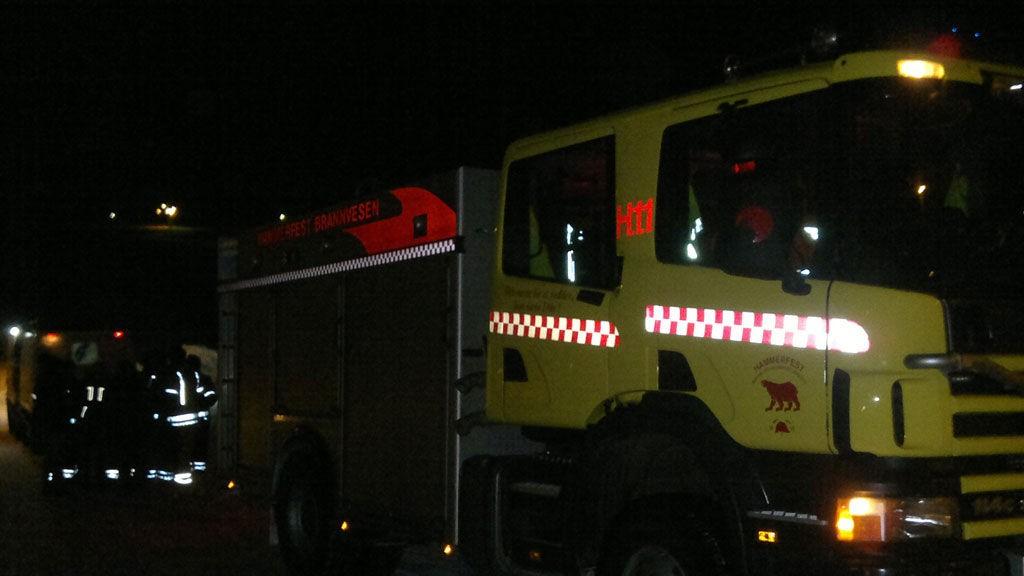 Brannbil på ulykkesstedet i Reindalen i Hammerfest.