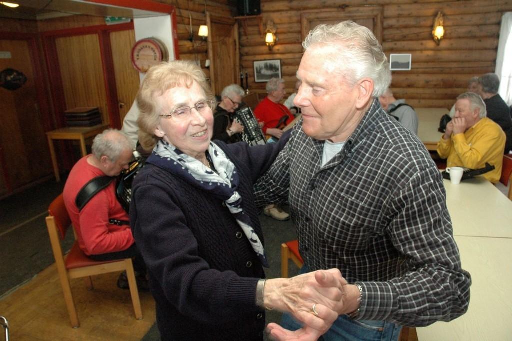 Anny Aspen og Harald Hansen er faste gjester når Trollvassgjengen spiller til dans. Nå blir de med musikantene til Årvoll gård.