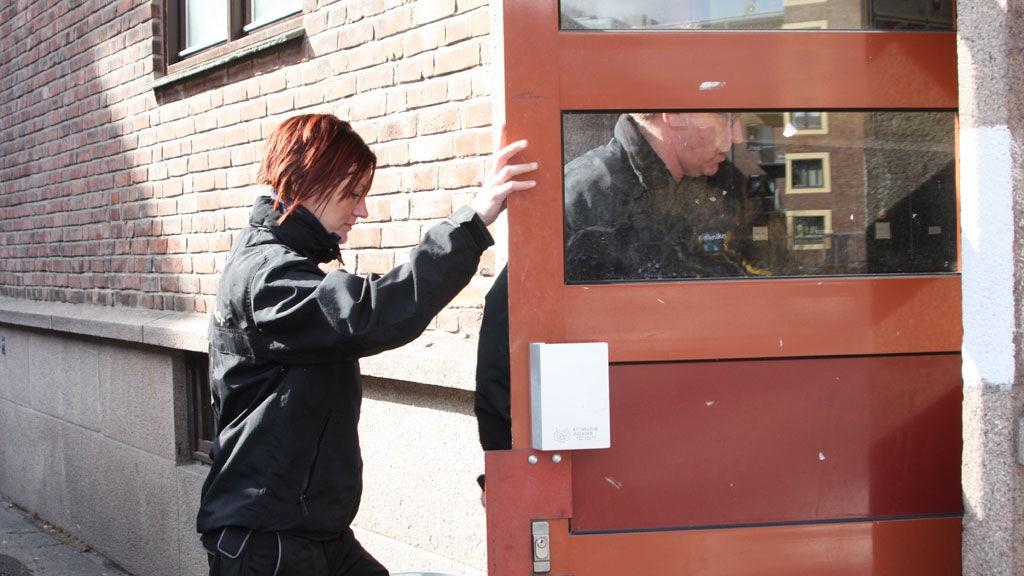 Kriminalteknikerne gjorde sine undersøkelser i leiligheten til kvinnen.