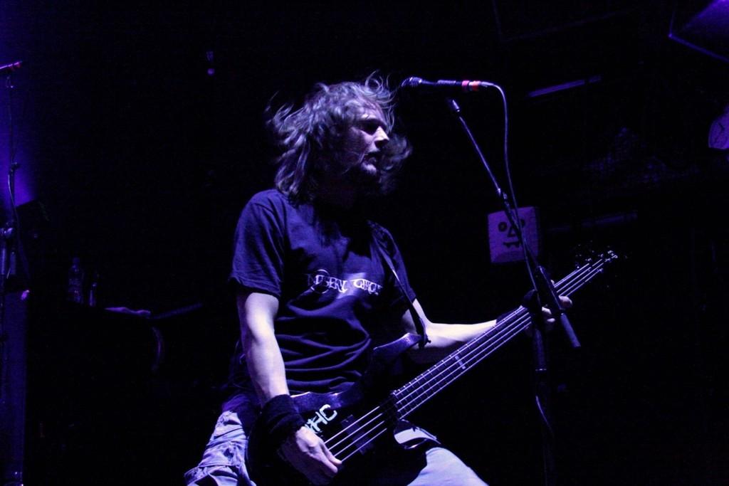 Bassisten i Children of Bodom, Henkka «Blacksmith» Seppälä, spilte hele konserten med skjorta fra Misery Circus.
