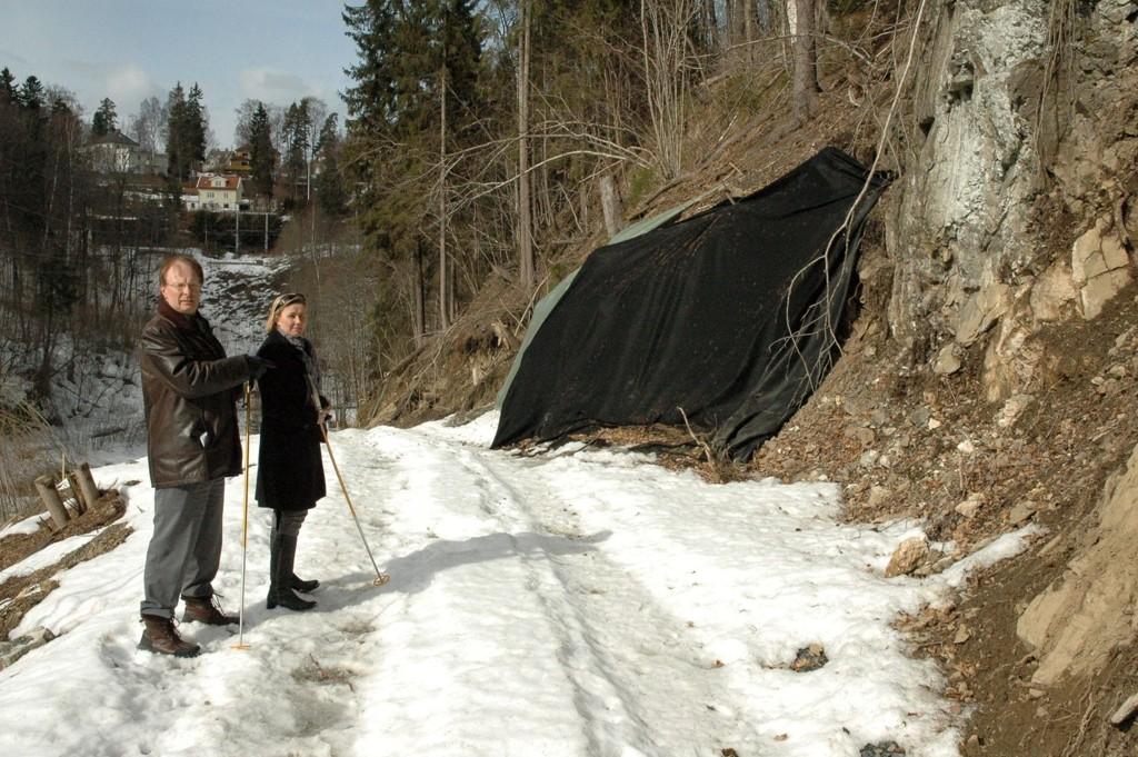 Den gamle stien er sprengt og gravd ut i full veibredde. Det reagerer Terje Bjøro og Bente Marie Nørgaard sterkt på.