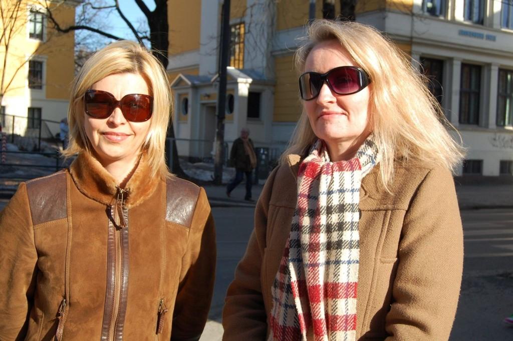 EN TRYGGERE HVERDAG: Ann-Kristin Moe og Cecilie Halck Bjorbæk ønsker seg et lysregulerende kryss ved skolen slik at barna får en tryggere skolevei. FOTO: Anita Bakk Henriksen