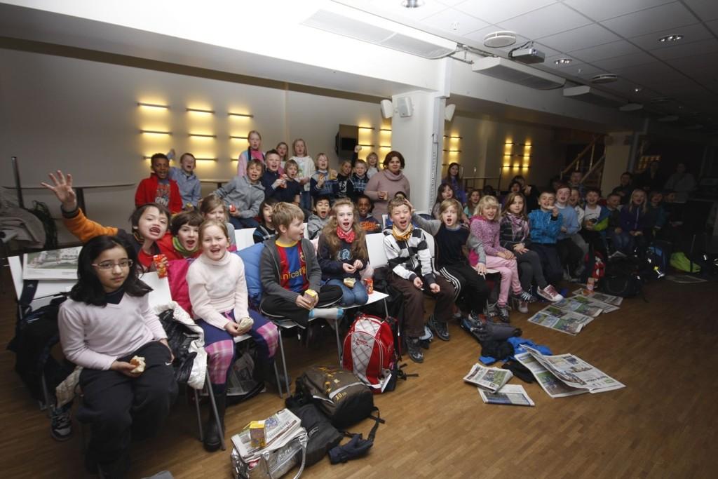 Femti elever fra Godlia skole på plass i Nordstrands Blads kantine.