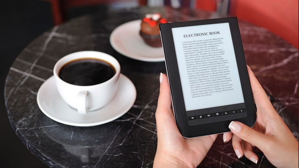 Stadig flere sverger til e-bøker i stedet for å drasse på papirutgaven.