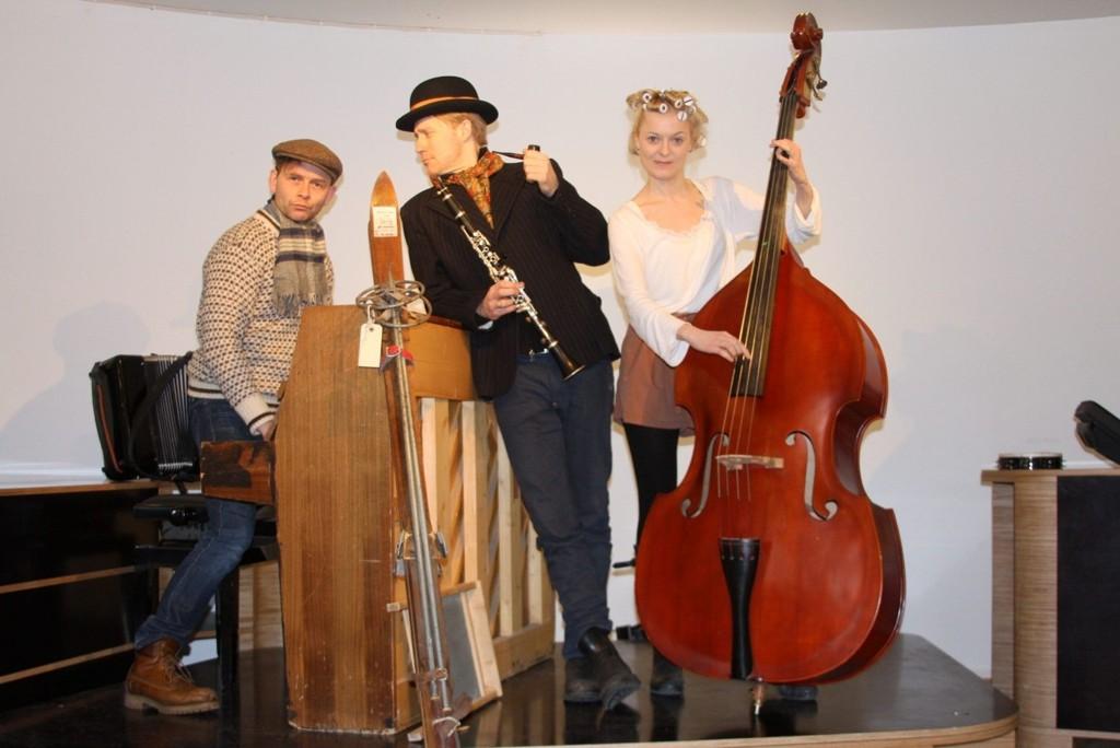 Jan Gunnar Røise, Thorbjørn Harr og Mariann Hole møter publikum med tidsriktige strofer før helter og skurker inntar scenen og landet.