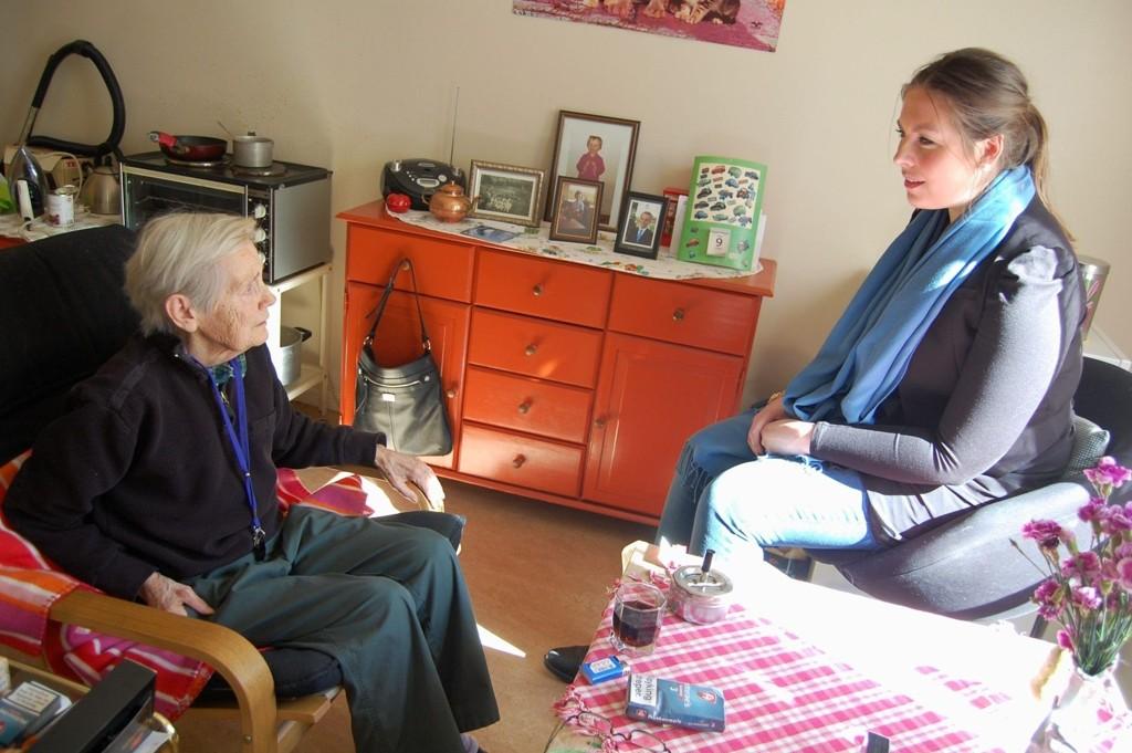 Ruth setter pris på besøket fra Helsebyråd Cecilie Brein og snakker varmt om omsorgsboligen hun bor i på St. Hanshaugen.