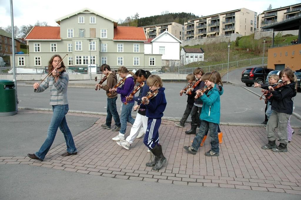 I fjor spilte Disen strings for første gang i borgertoget på 17. mai. Her fra marsjeringsøvelsen.