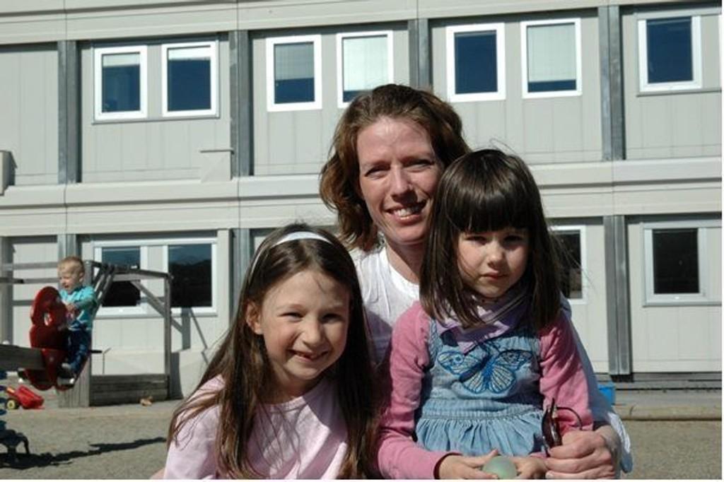 Marianne Massau, SU-leder for Volin barnehage, med barna Amelie (6) og Sophia (4) er på plass i ny barnehage på Etterstad.
