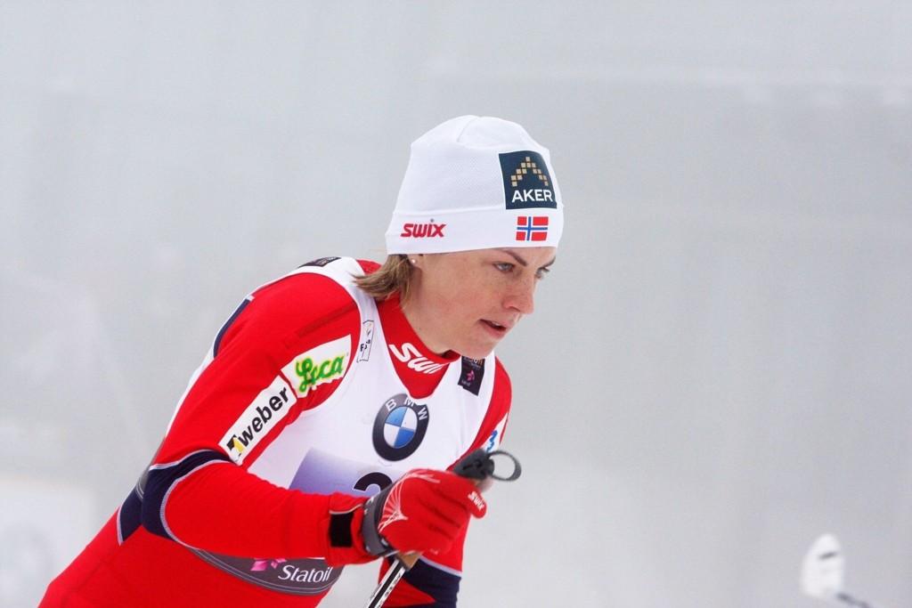 Heming-løper Astrid Uhrenholdt Jacobsen (24) skal tilbake på skolebenken etter sommerferien, men det setter ingen stopper for langrennssatsingen. Her i aksjon på lagsprinten under VM på hjemmebane.