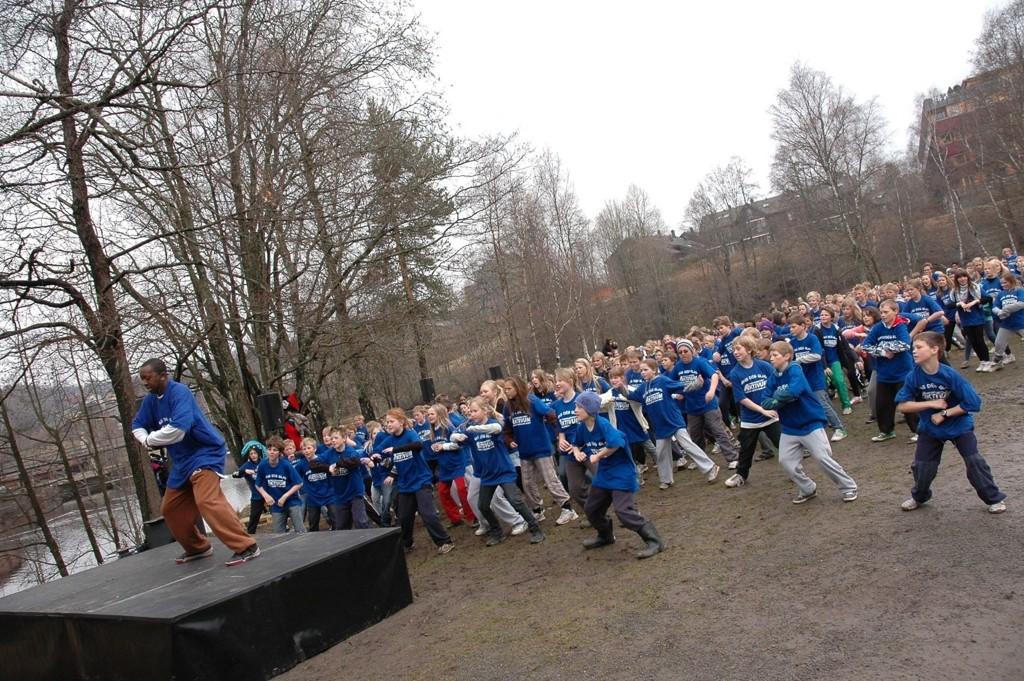 LET'S DANCE! Leonard Jackson og 6. og 7. klassinger fra Nordre Aker ved Brekkedammen under markeringen av Dansens Dag i 2010. ARKIVFOTO: KARL ANDREAS KJELSTRUP