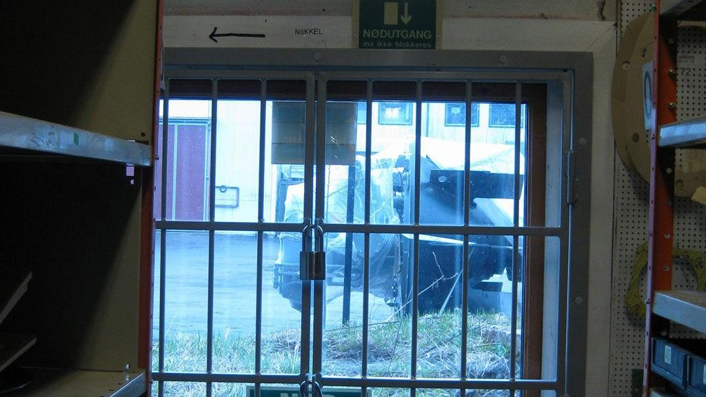 TYVERISIKRET: Meningen var å holde tyvene ute. Men som rømningsvei egner det seg dårlig med gitter foran vinduene.