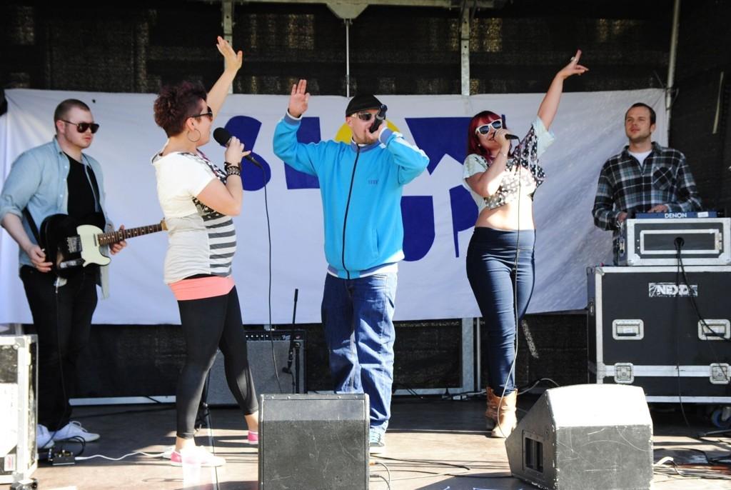 Jenteduoen Shitsez og rapperen Son of light (midten) stilte opp gratis på Fritidsklubbenes dag.