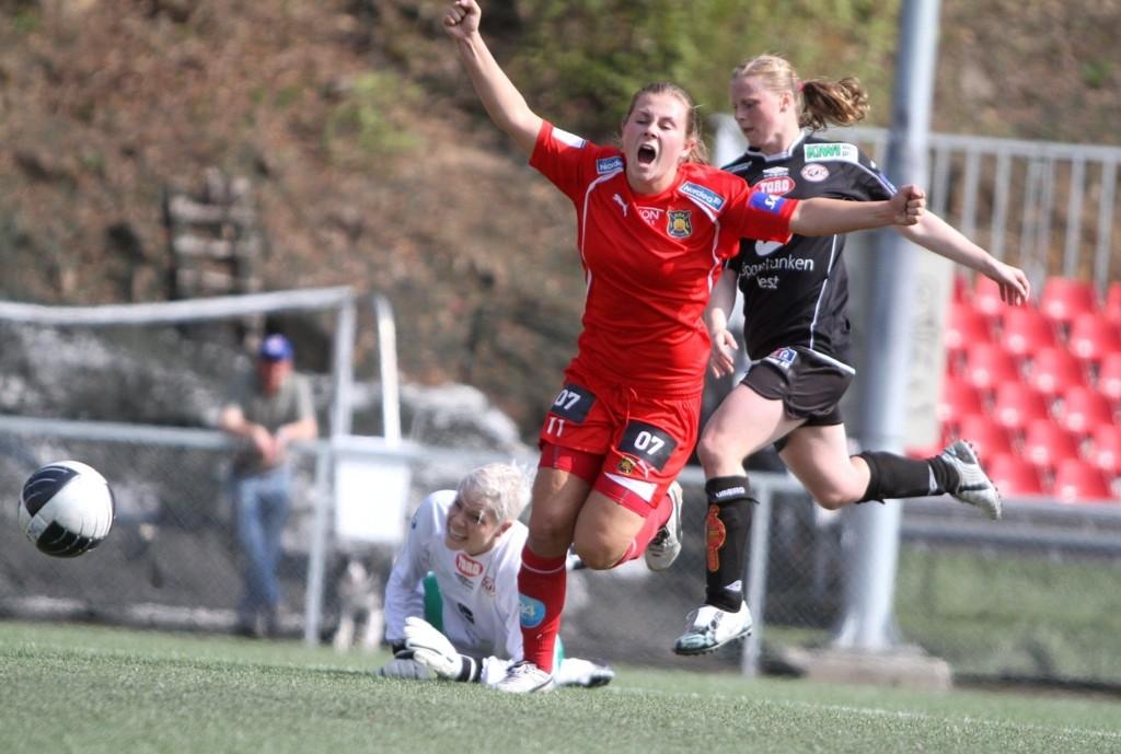 Emilie Bosshard Haavi har lurt ballen forbi Christine Colombo Nilsen i Arna-Bjørnars mål, og scorer kampens eneste mål.