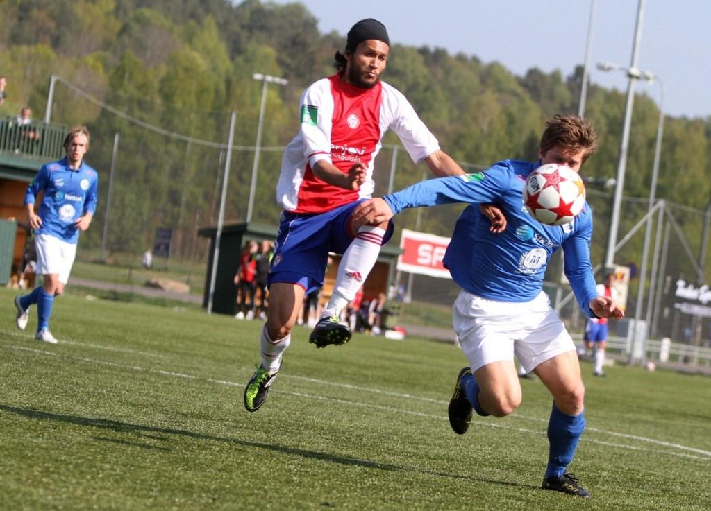 Cato Valøy (venstre) er ikke morsom å møte for høyrebackene i 2. divisjon. Her plager han Tillers utvalgte.