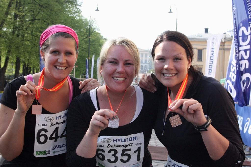 Anita Bakk Henriksen (i midten) og venninnene Kine Løken Thoreid (t.v.) og Hanna Sofie Faye-Schjøll Engesæth (t.h.) kunne smile fornøyd etter å ha fullført Sentrumsløpet lørdag.