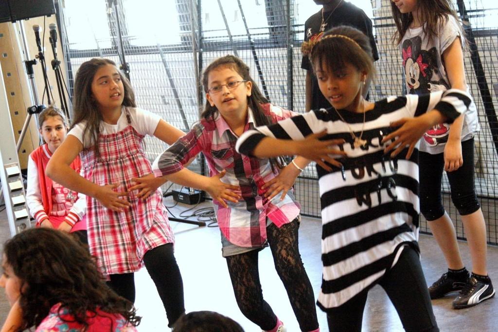 En fryd å se engasjement og innlevelse koreografert til fengende rytmer. Smittsom danseglede i det nye møtestedet på Furuset senter. NAV flytta ut og dans og kultur flyttet inn.