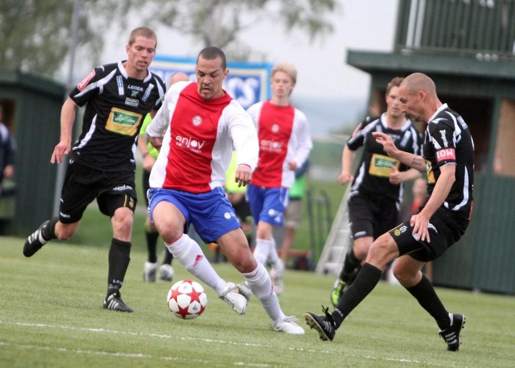 Tor Øyvind Reienmo var ikke alltid lett å få tak i for Hønefoss´ kaptein Frode Lafton.
