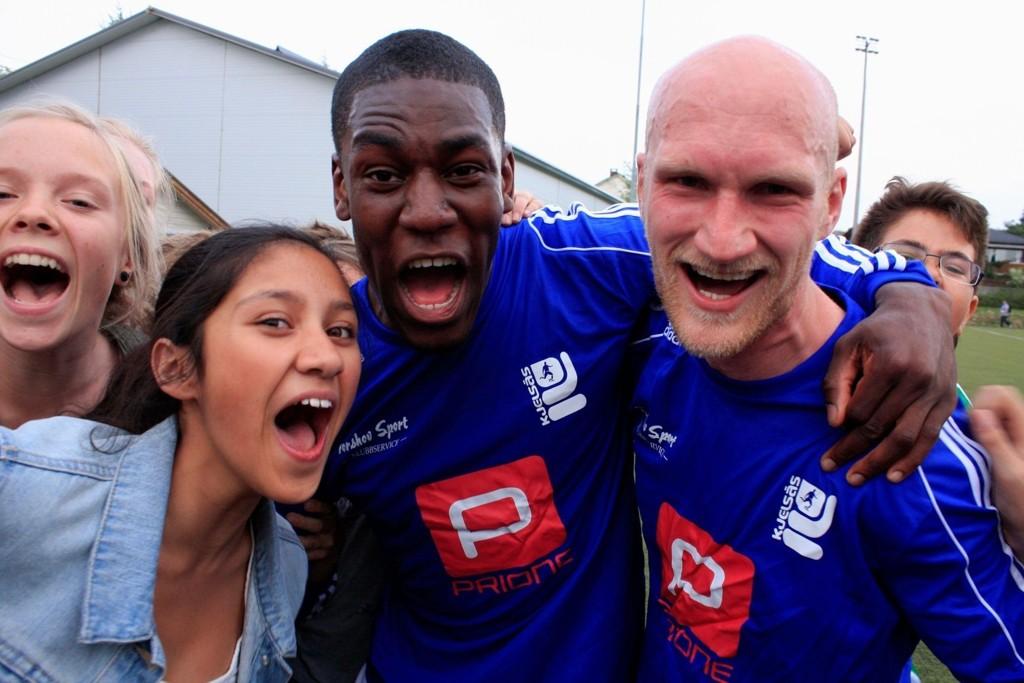 Målscorerne Jimi Akinyemi (22) og Martin Sandell (27) jublet vilt sammen med Kjelsås-supporterne etter cupseieren over storebror Vålerenga på Grefsen stadion.