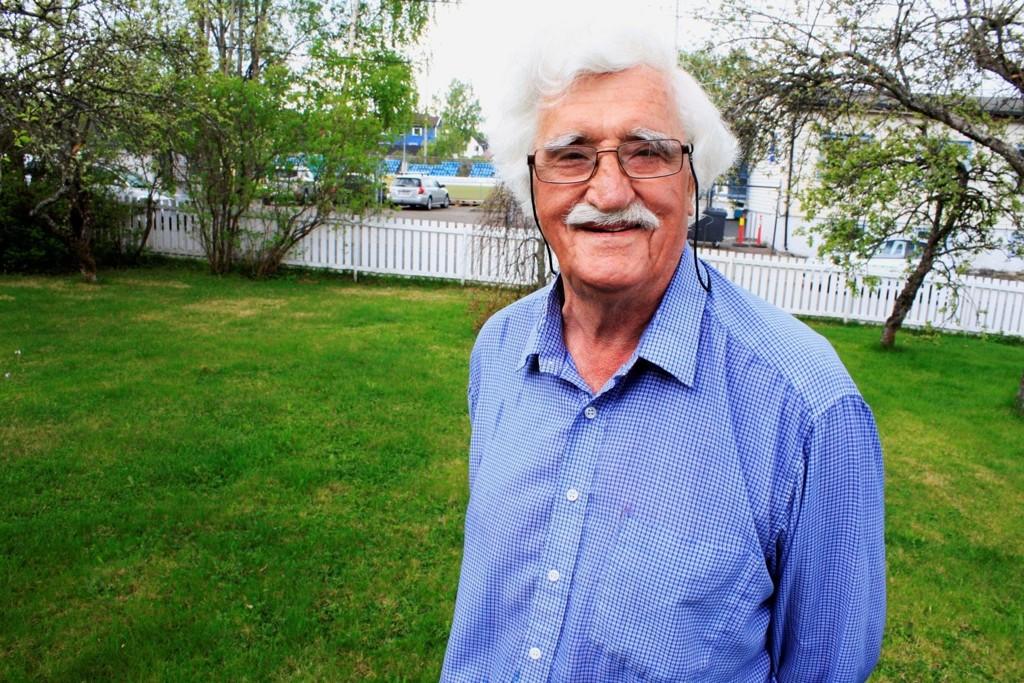 Kjelsås-ildsjel Fredrik Hansen (82) bor bare et steinkast unna Grefsen stadion. Dagen etter NM-bragden mot VIF, fant han tilbake roen i hagen.