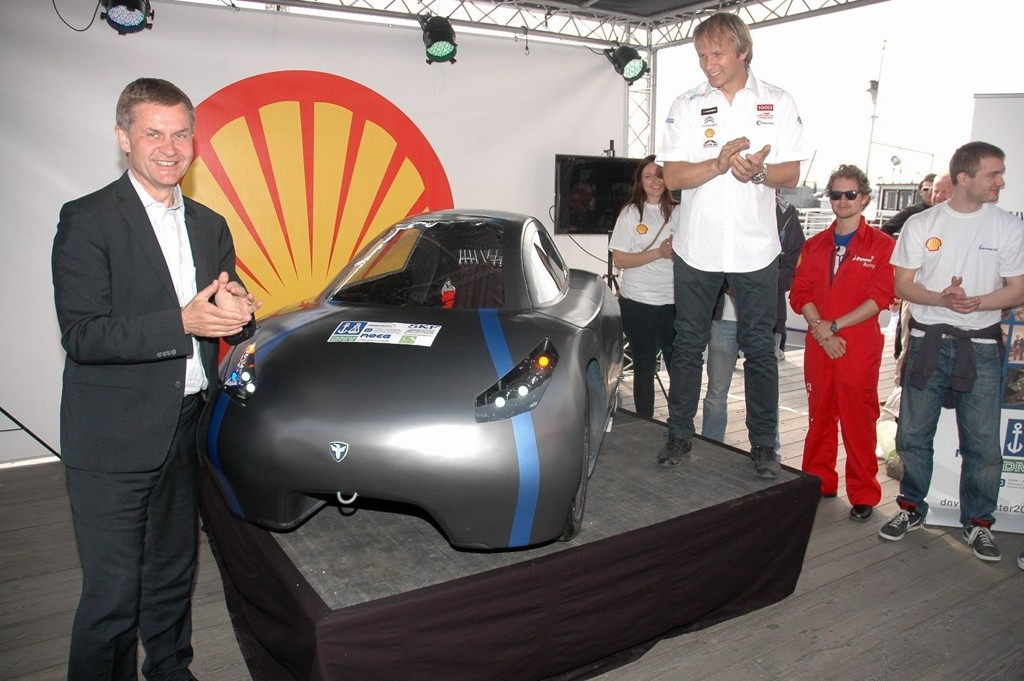Rallyfører Petter Solberg og miljøvernminister Erik Solheim avduket superbilen som slår de fleste på gjerrighet.