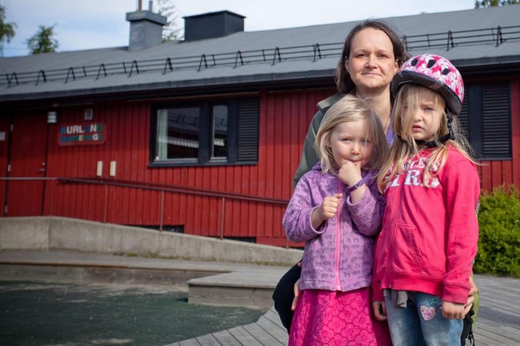 SKOLEKLAR: Ella Johanna Kapsberger (t.h.) sammen med lillesøster og mor Kerstin Kapsberger utenfor barnehagen ved Furuset kirke.