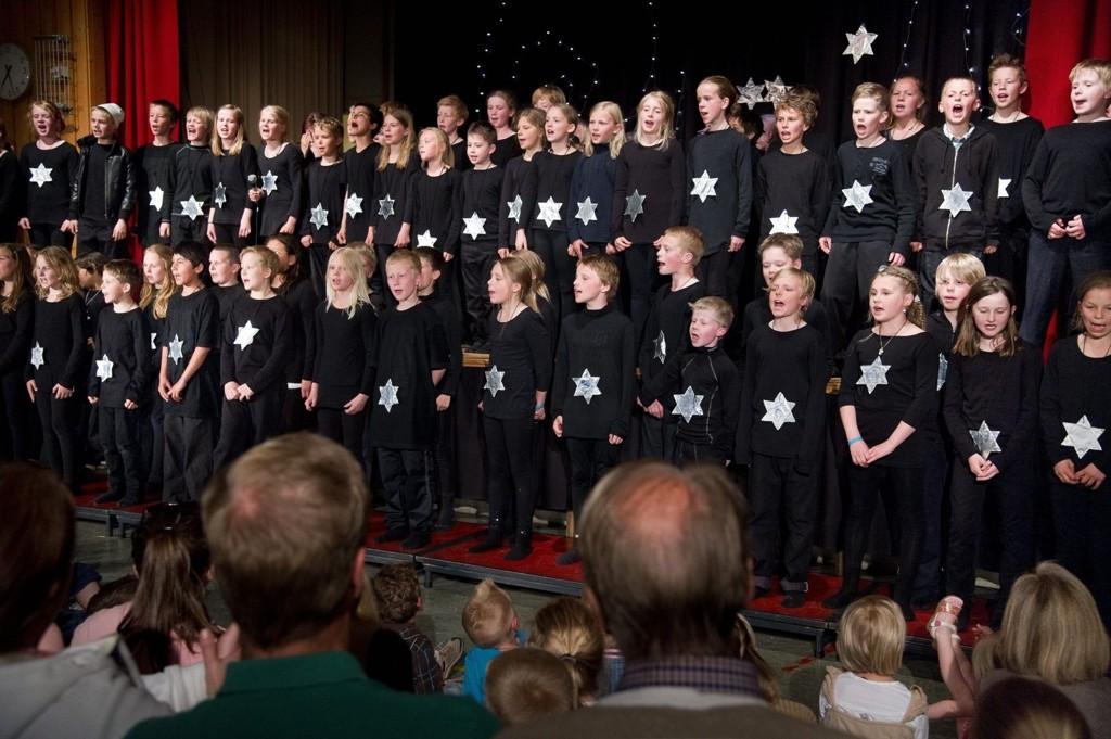 LOKALE TALENTER: Femteklassingene på Munkerud skole hadde planeter og måner som tema for årets musikkspill. Her er de kveldens stjerner! KLIKK PÅ BILDET FOR Å SE NESTE BILDE