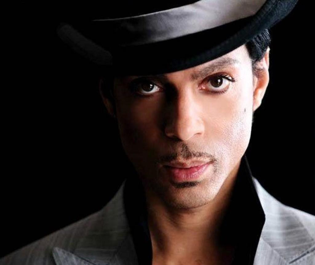 KOMMER: Prince står på scenen i Oslo Spektrum 23. juli.