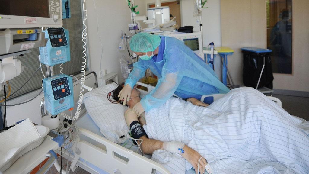 SMITTET: En pasient i Tyskland får behandling etter at bakterien E. coli har brutt ut i landet.