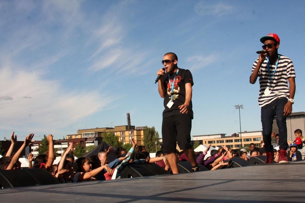 Blokkparty: Raperne Amani & RightRime (og Jonas Benyoub utenfor bildet), med fengende låter på den store scena som var rigget i aktivitetsparken på Furuset.