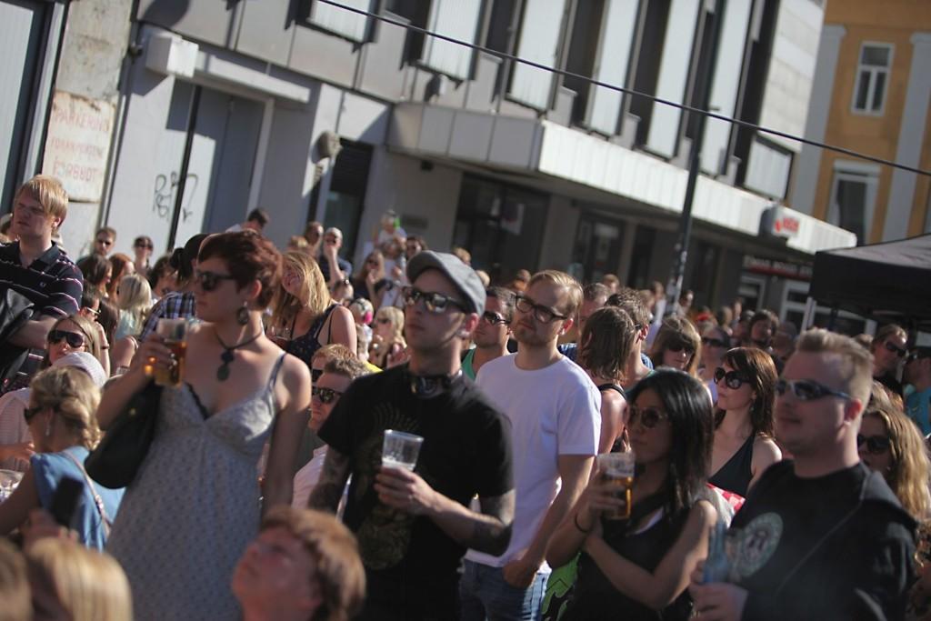 SOL, ØL OG ROCK'N ROLL: Utenfor Internasjonalen på Youngstorget ble det konsumert øl og rock'n roll lørdag.
