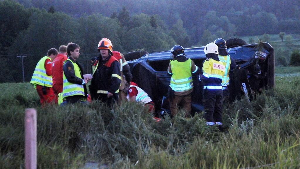Bilen ble liggende på siden langt ute på jordet. Medisinsk personell arbeidet lenge med å gi de skadde førstehjelp på stedet.