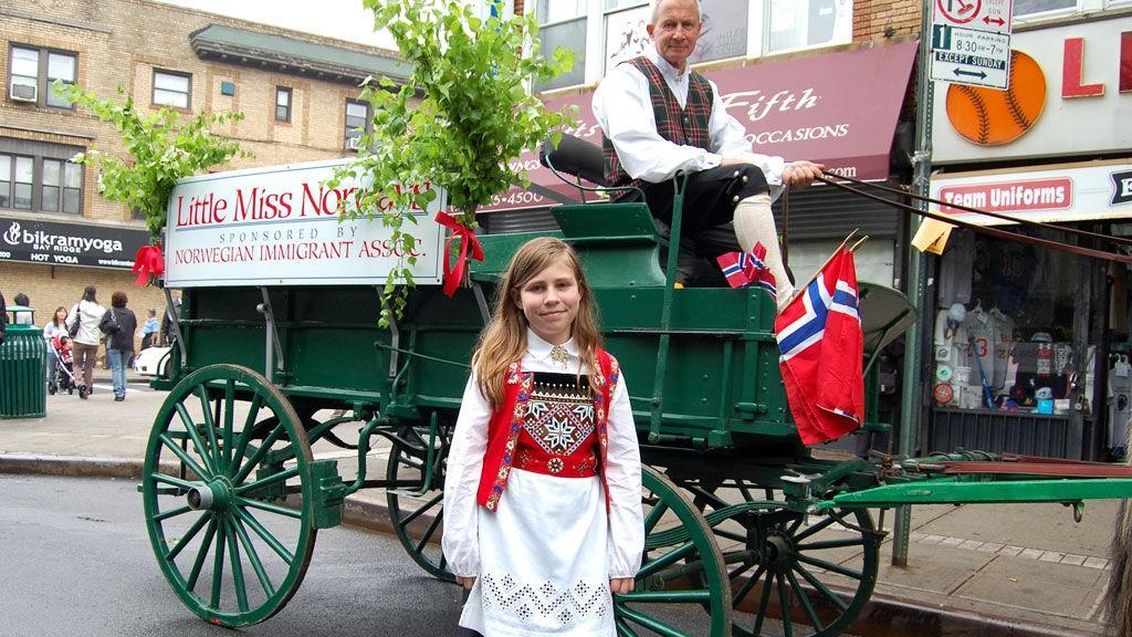 LILLE MISS NORGE: Kirsten Nilsen (11) med norske aner i Lyngdal var en av jentene som fikk være med i Little Miss Norway-kortesjen med en fjording som dro vognen.
