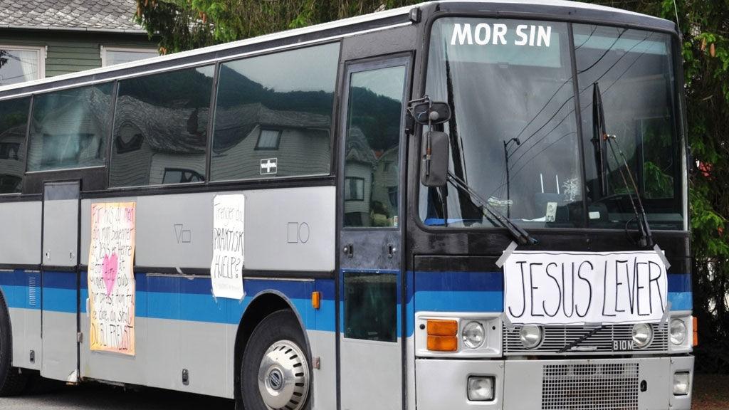 USKEDALEN: Os-fellesskapet er for tida i Uskedalen med denne bussen. Her skal dei vera i tre veker.