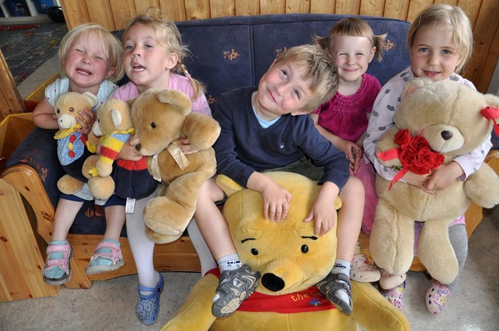 Anna, Helene, Nikolai, Eva og Sunniva med både bamser og selveste Ole Brumm.