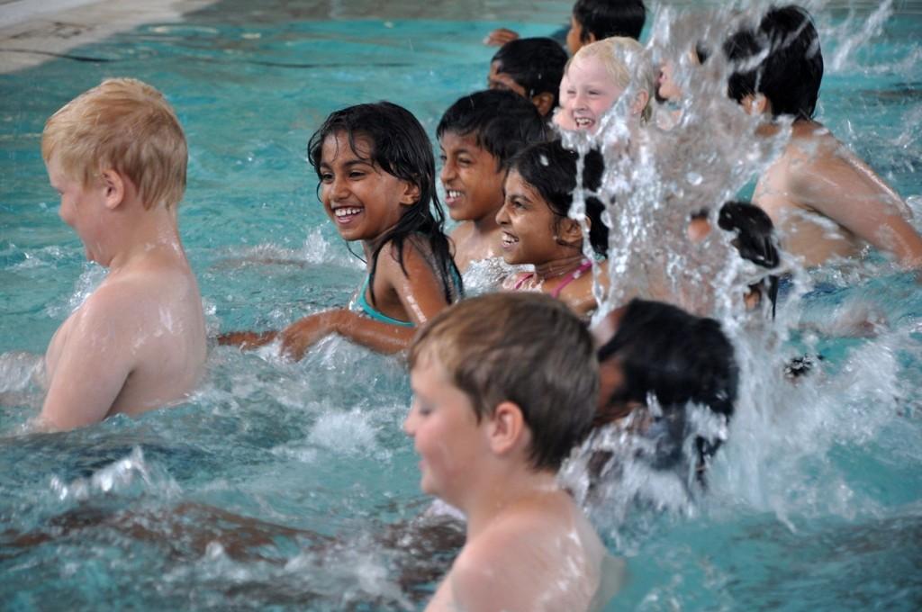 Disse barna storkoste seg på grunna i Nordtvet bad, før de skal ut på dypt vann senere i livet.