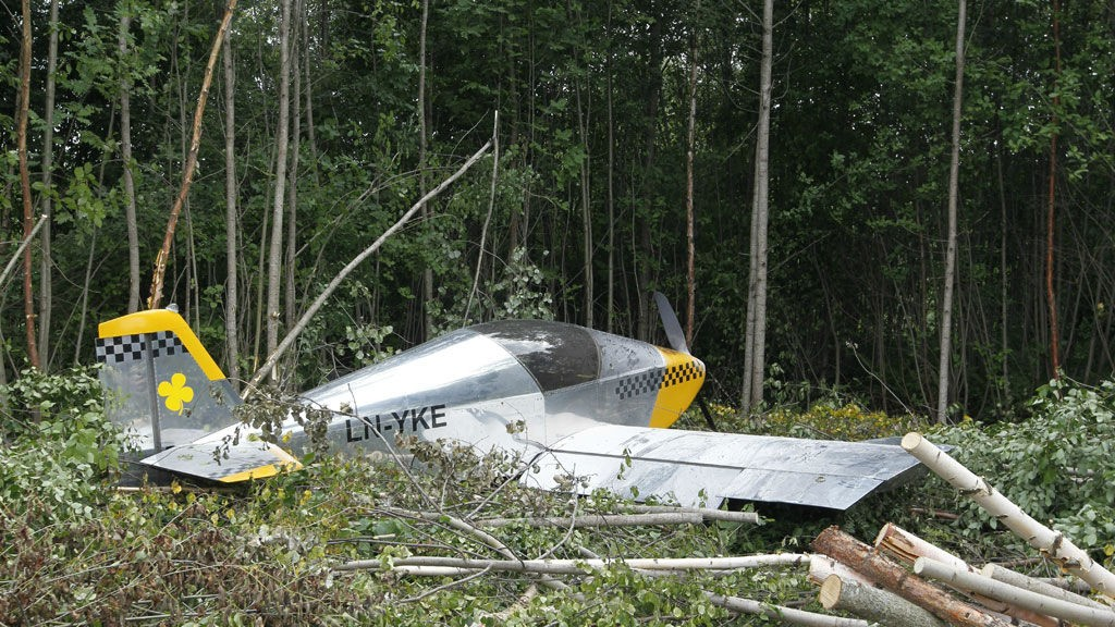 Piloten kom fra det med småsksder da et småfly styrtet ved Hokksund Flyppass tirsdag ettermiddag.