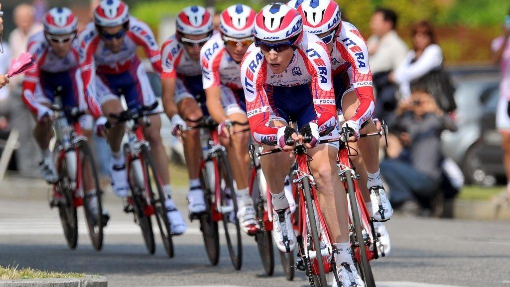 Katjusja lagtempo under Giro d'Italia, med Pavel Brutt i front