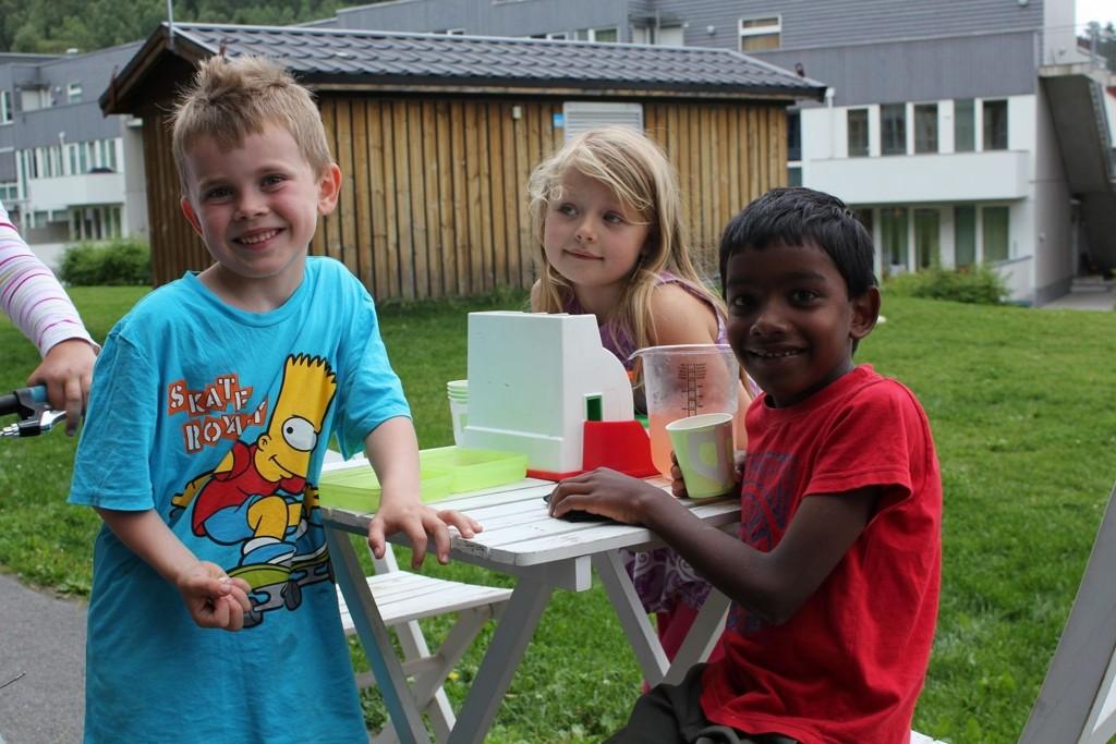SOLGTE LIMONADE: August Djupvik Stedje, Mia Amalie Gramstad og Noah Panna Hole. FOTO: Privat