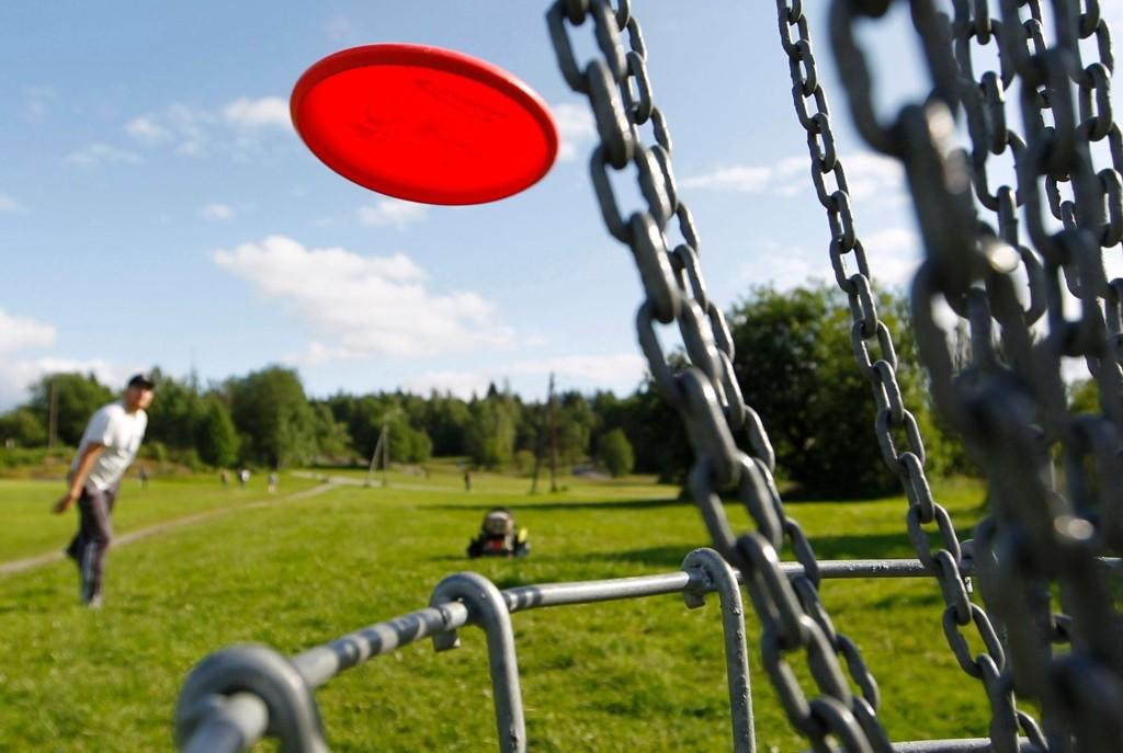 I frisbeegolf er det om å gjøre å få disken i kurven på færrest mulig kast. Med avstander på over hundre meter og trær og busker i veien skal det godt gjøres å få «hole-in-one».