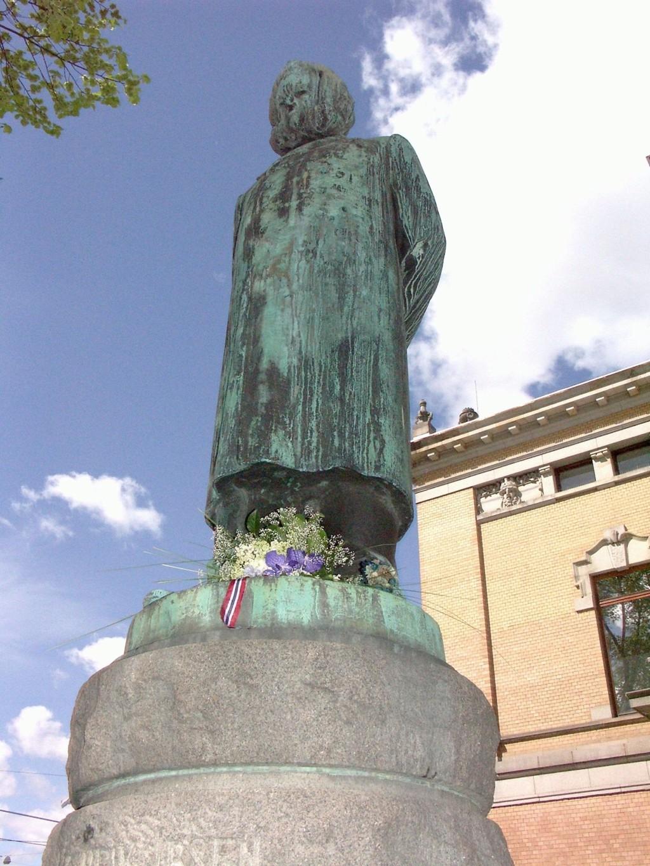 Miljøpartiet De Grønne vil ruste opp byens statuer, som Ibsen foran Nasjonalteateret.