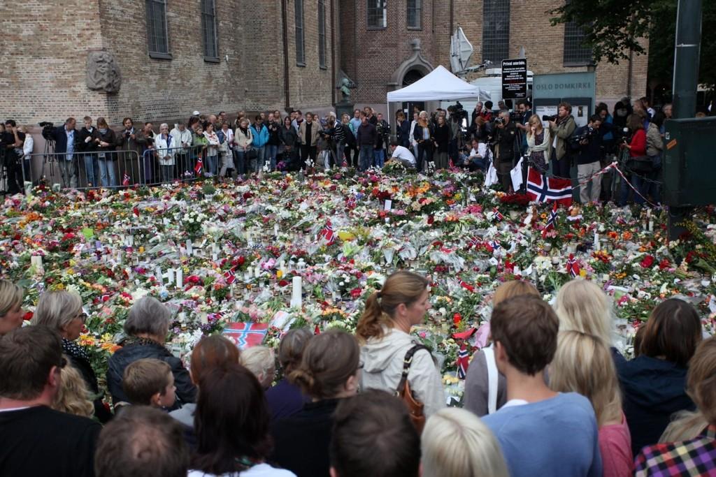 Alle vil vise sin sorg og støtte ved Domkirken og den enorme mengden begynner nå å strekke seg langt ut i veibanen.