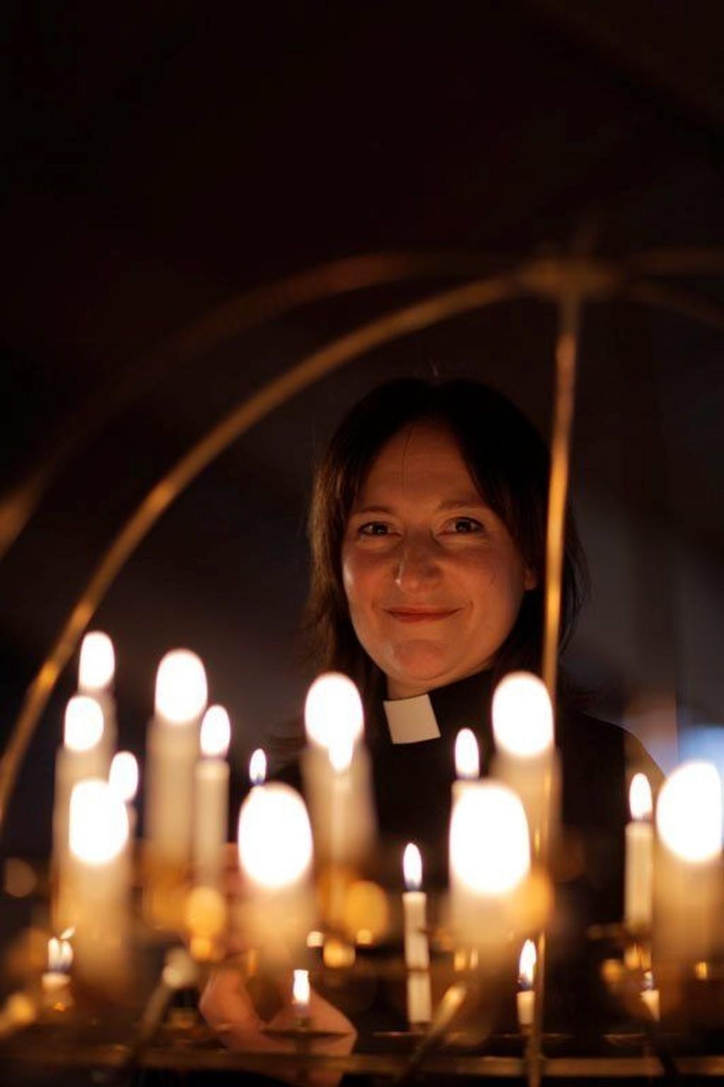 LYS I MØRKET: Fungerende sogneprest Anne Berit Evang inviterer til ungdomsgudstjeneste i Romsås kirke i kveld, fredag.