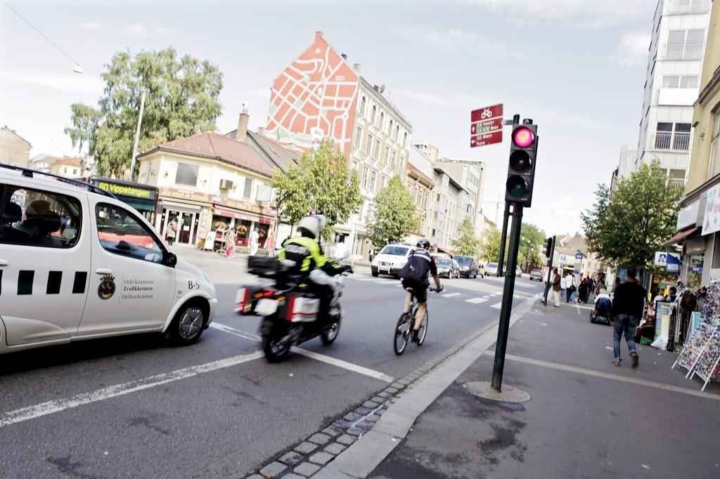 Bilen venter på grønt lys, men det gjør ikke syklisten. Med politiet på hjul endte det med en bot på 900 kroner, og lovnader fra syklisten om heretter å holde seg til trafikkreglene.