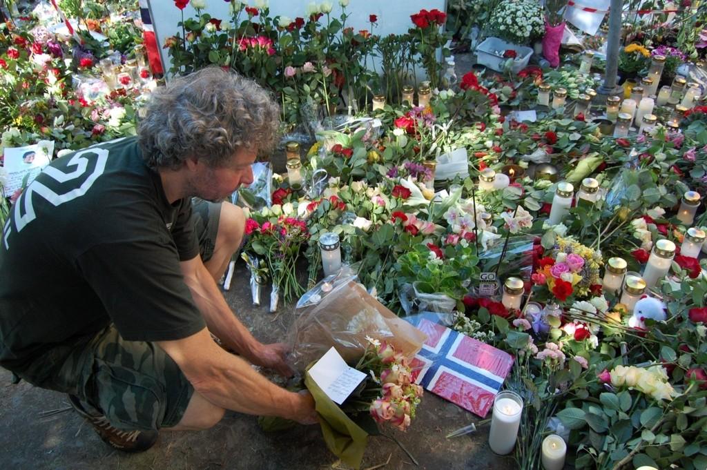 Blomstehandler Bjørn Borgersen synes det er viktig at alle får bidra, og legger gjerne ned blomster ved Domkirken for kunder som ikke kan gjøre det selv.