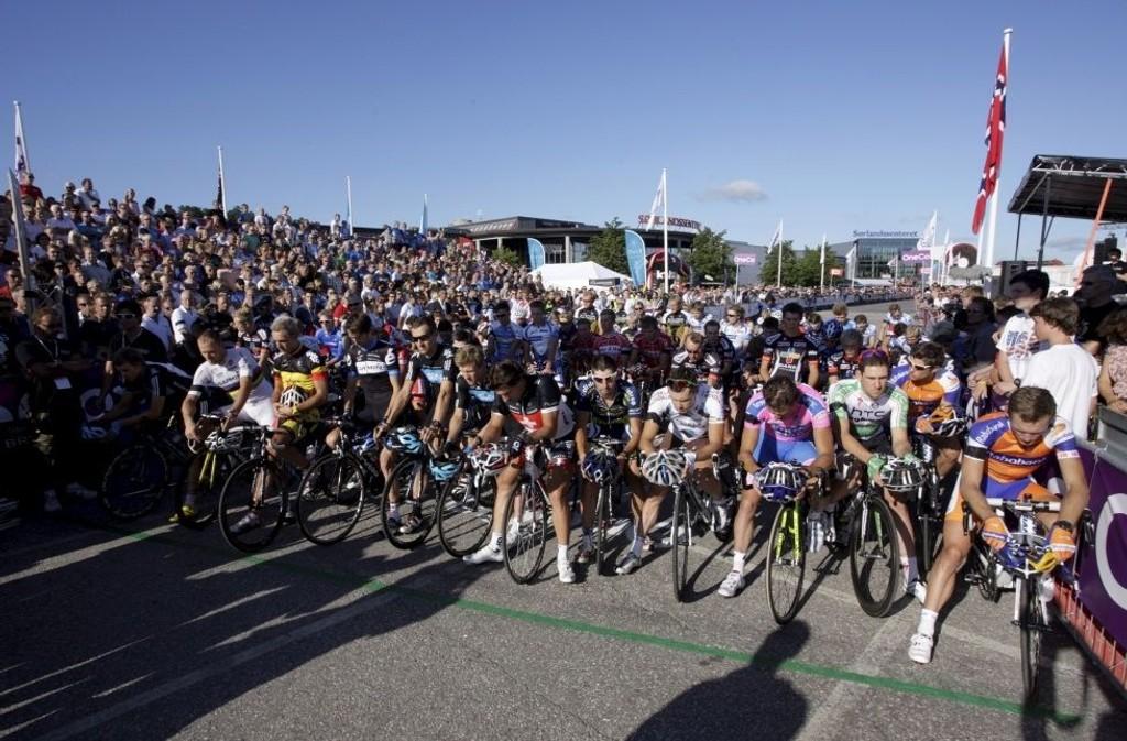 MINNET TERROROFRENE: Sykkelstjerne, som var på plass i Sørlandsparken Grand Prix, hadde ett minutts stillhet før kriteriumsrittet startet.